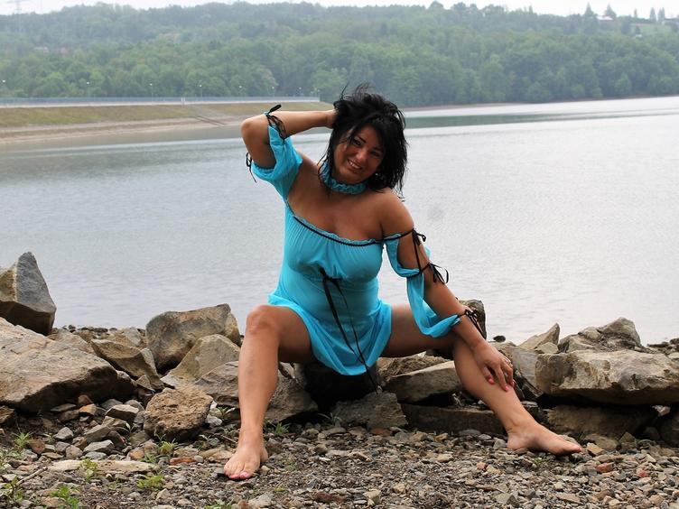 Hallo, ich sende hier und zeige mich geil und nackt vor der Cam, weil Sex mir richtig Spass macht. Ich werde gerne Deine geile Stute, die es DIR richtig besorgt... Ich liebe Leidenschaft, küssen, D*ldos und noch vieles mehr... Komm, und gib`s mir, bitte...