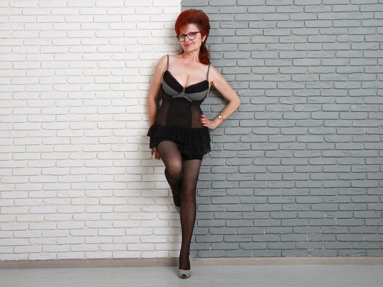 Hallo Männerwelt. Ich bin eine reife aber dafür sehr geile Frau, mit roten Haaren wie Feuer .... temperamentvoll, sexy, mit netten Aussichten da vorne, die ich dir gerne zeige:-) Ich mag mich vor der Cam zeigen, wenn ich etwas Nettes anhabe und auch ohne BH und gerne verrate ich dir meine Fantasien und sexuelle Wünsche:-) Ich erwarte DICH im Chat aber du sollst nett und geil sein:-)