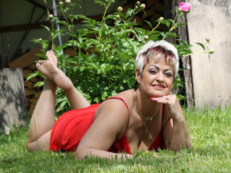 Hallo ich bin eine sexy, reife und nette Lady, die zu Hause bisschen Langeweile hat, darum will ich hier jetzt so richtig den Spass und die Erotik geniessen. Ich liebe küssen, Dildos, experimentieren und Sex an verschiedenen Orten.