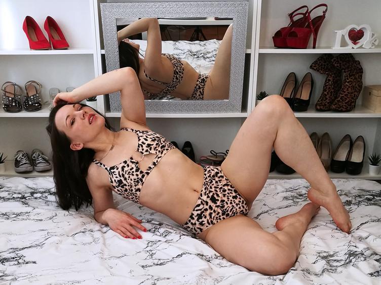Hallo ich bin Cathrin-Ann eine geile Partymaus die dich hier gern an ihren versauten Erlebnissen teilhaben lässt und es liebt im Chat aufregende Gespräche mit dir zu haben! Bist du neugierig auf süße kleine Titten und den geilsten Arsch der Welt? Meine Pussy ist rasiert und ich habe ein Piercing... Bist du gespannt darauf herauszufinden wo?