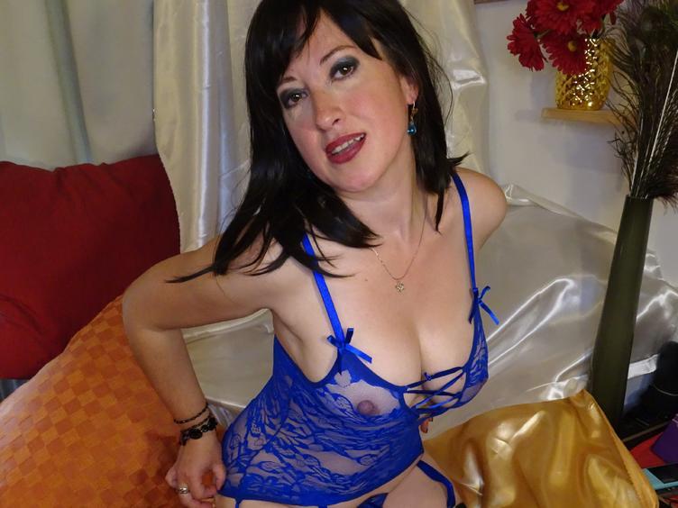 Ich bin eine lebenslustige und neugierige Frau auf der Suche nach dem Kick und mehr Pepp in meinem Alltag. Ein Faible für sinnliche Erotik und die Offenheit für ausgefallene Experimente zeichnet mich aus. Kommst du mit auf eine aufregende Lustreise?