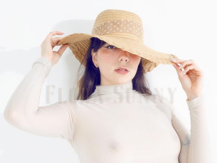 Hallo, ich bin Flora Sunny, ich betrachte mich als fleißige Frau, ich liebe Agronomie, Natur und ein ruhiges Leben.  Ich bin sehr dankbar, dass ich meine Sinnlichkeit genießen und mit dir teilen kann. Ich lerne gerne neue Kulturen, Fetischgeschmäcker und alles, was mich härter macht.  Begleite mich.