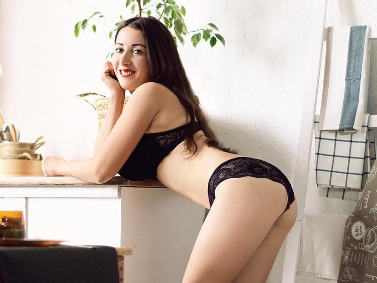 Schon ein wenig reifer aber extrem sexy :) Ich liebe bei Dirty Talk und Flirt da und zeige mich in gerne in sexy Unterwäsche! Ich verführe dich gerne Schatz :) Hmm  und  wenn du magst, kann ich mehr zeigen :) vielleicht meine heißen Brüste  :)